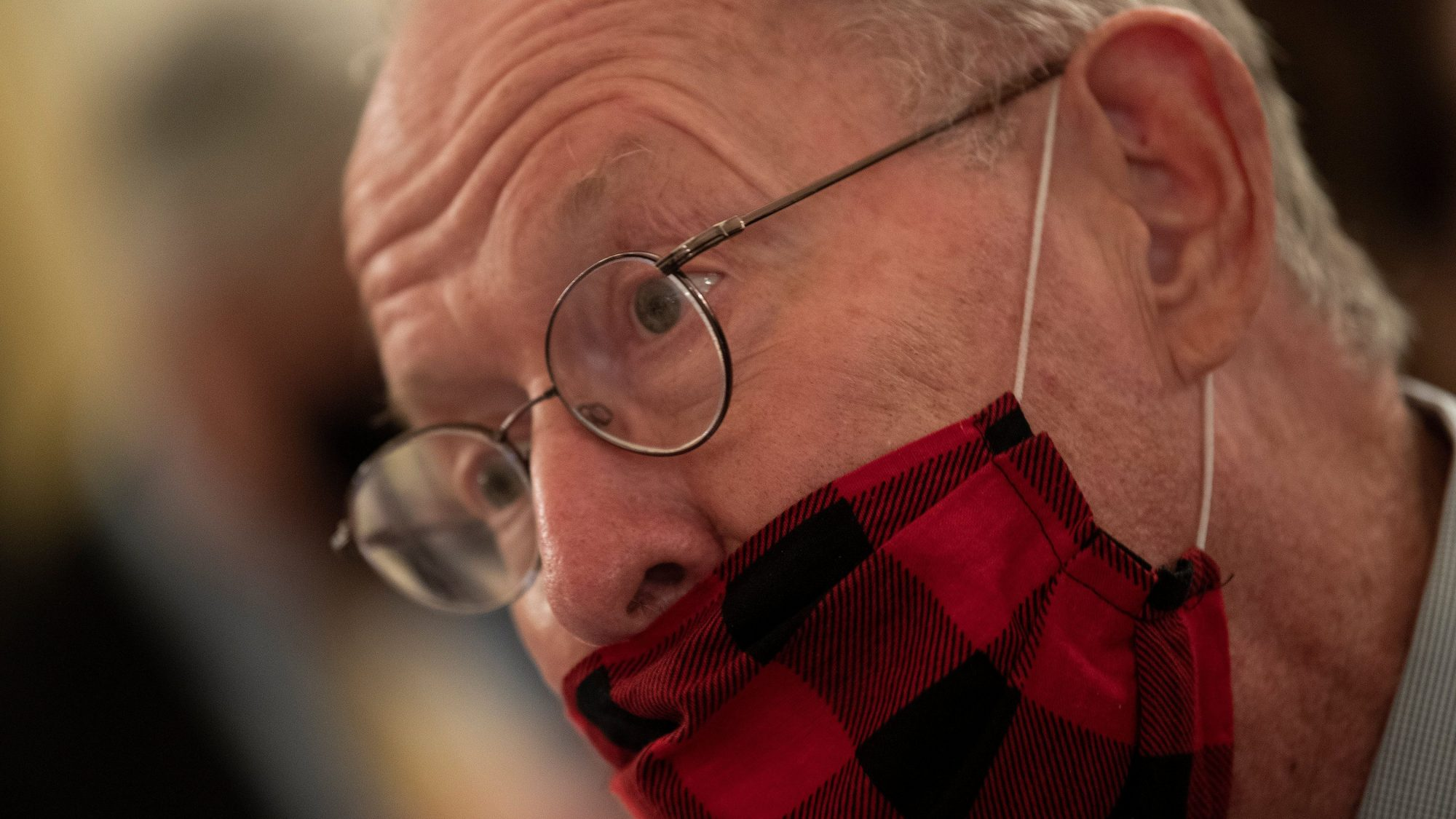 Senator Lamar Alexander (R-Tennessee) wears a COVID mask incorrectly, like a moron.