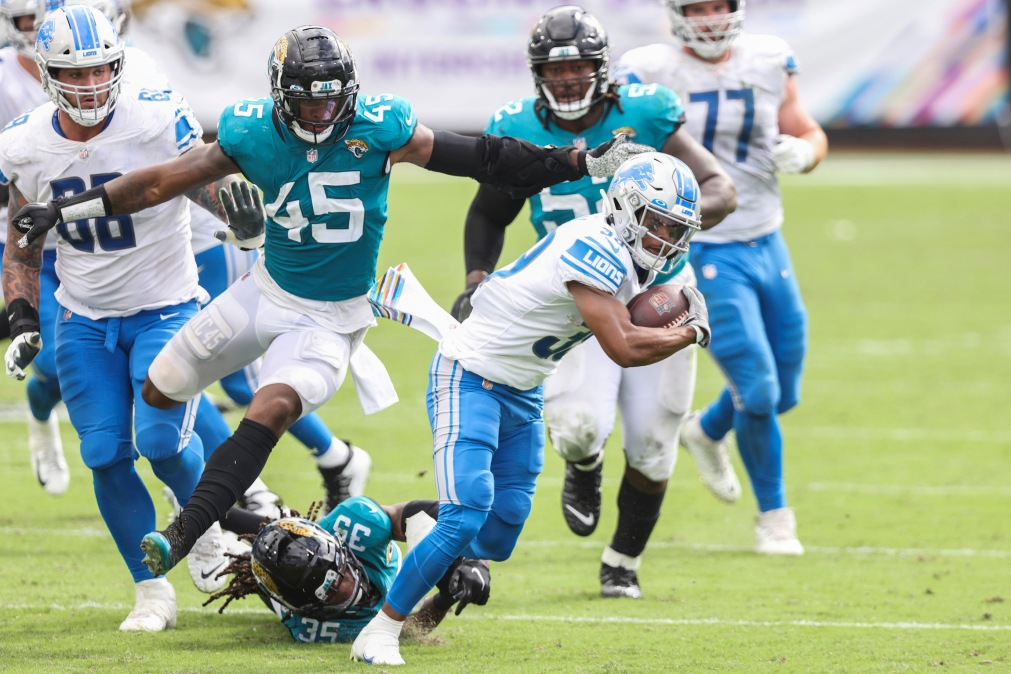 JACKSONVILLE, FLORIDA - OCTOBER 18: Jamal Agnew #39 of the Detroit Lions runs for yardage against Sidney Jones #35 and K'Lavon Chaisson #45 of the Jacksonville Jaguars during the first half of a game at TIAA Bank Field on October 18, 2020 in Jacksonville, Florida. (Photo by James Gilbert/Getty Images)