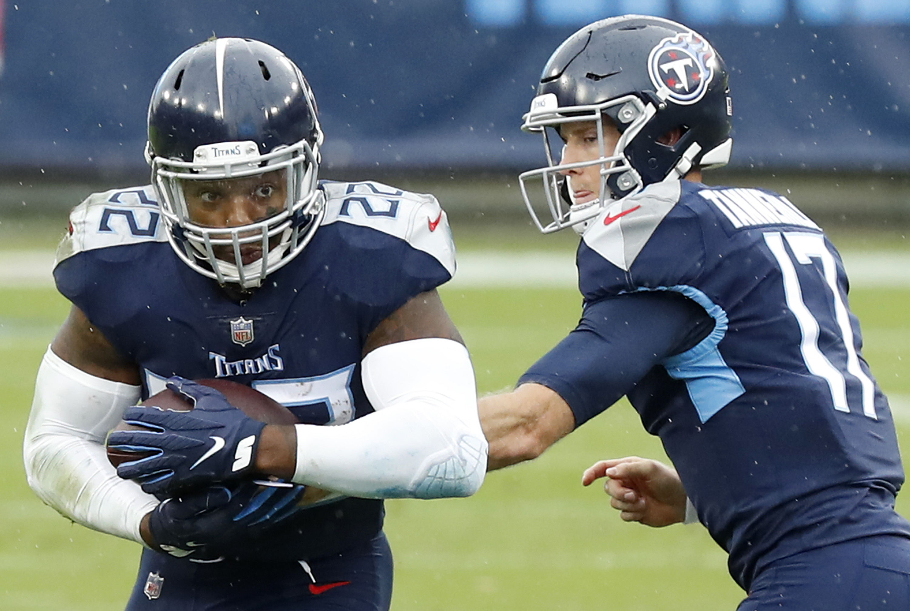 Derrick Henry #22 of the Tennessee Titans takes the hand-off
