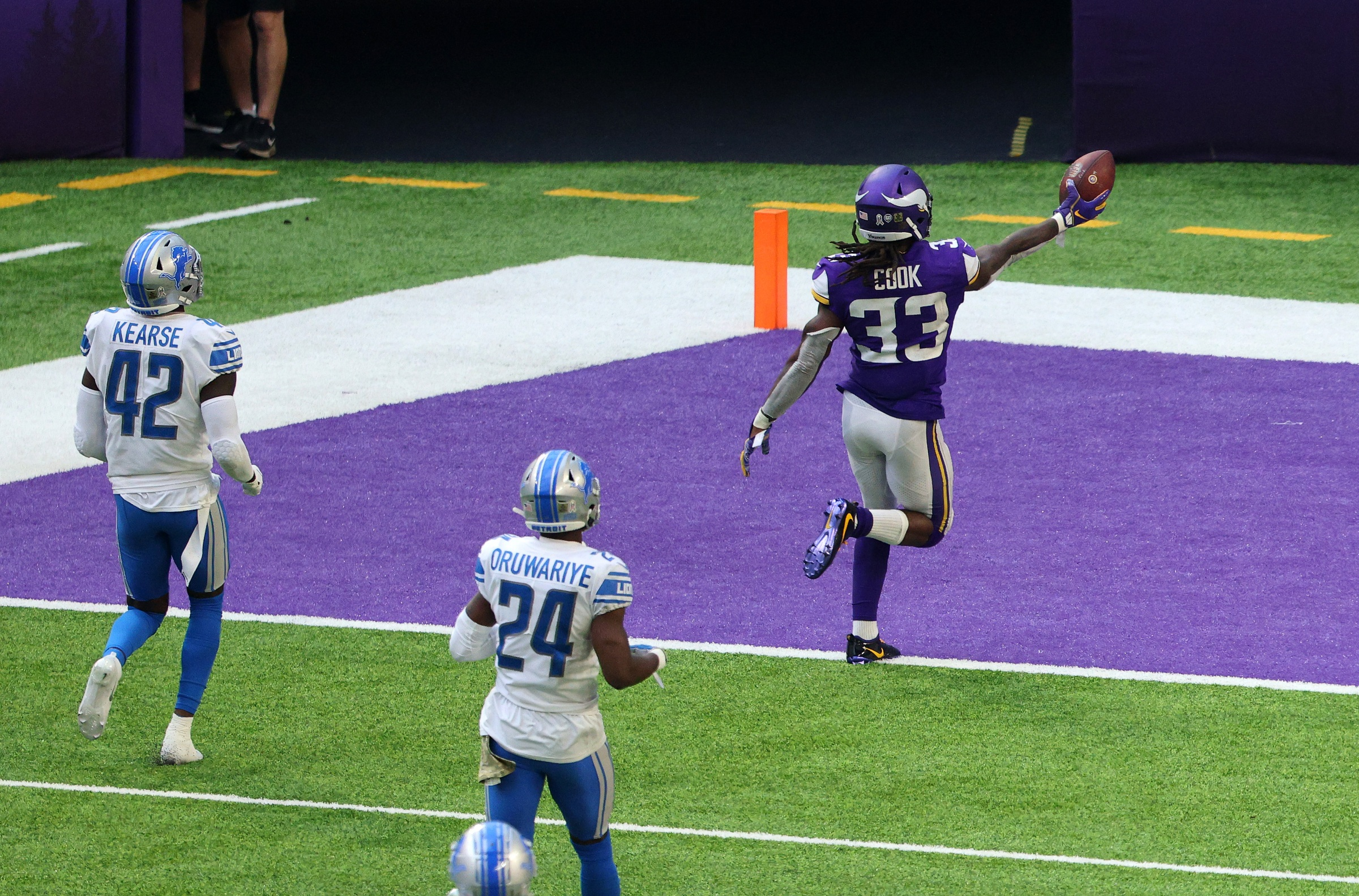 Dalvin Cook #33 of the Minnesota Vikings runs the ball in for a touchdown
