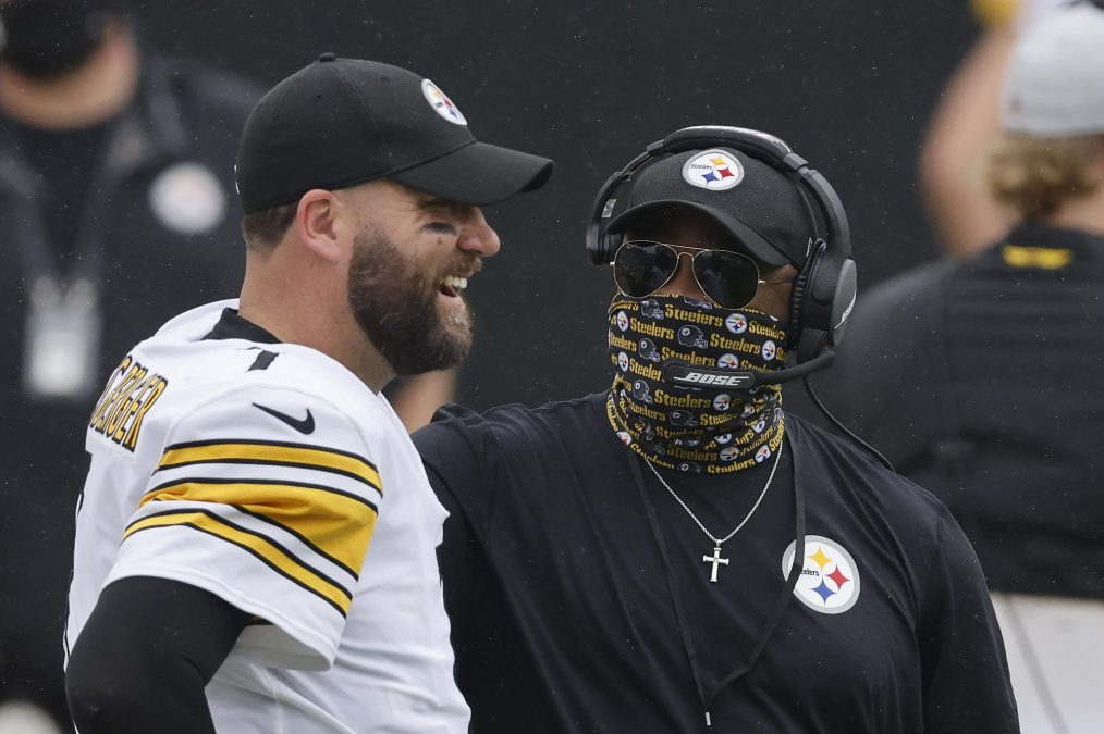 Ben Roethlisberger and Mike Tomlin chat on the sidelines.