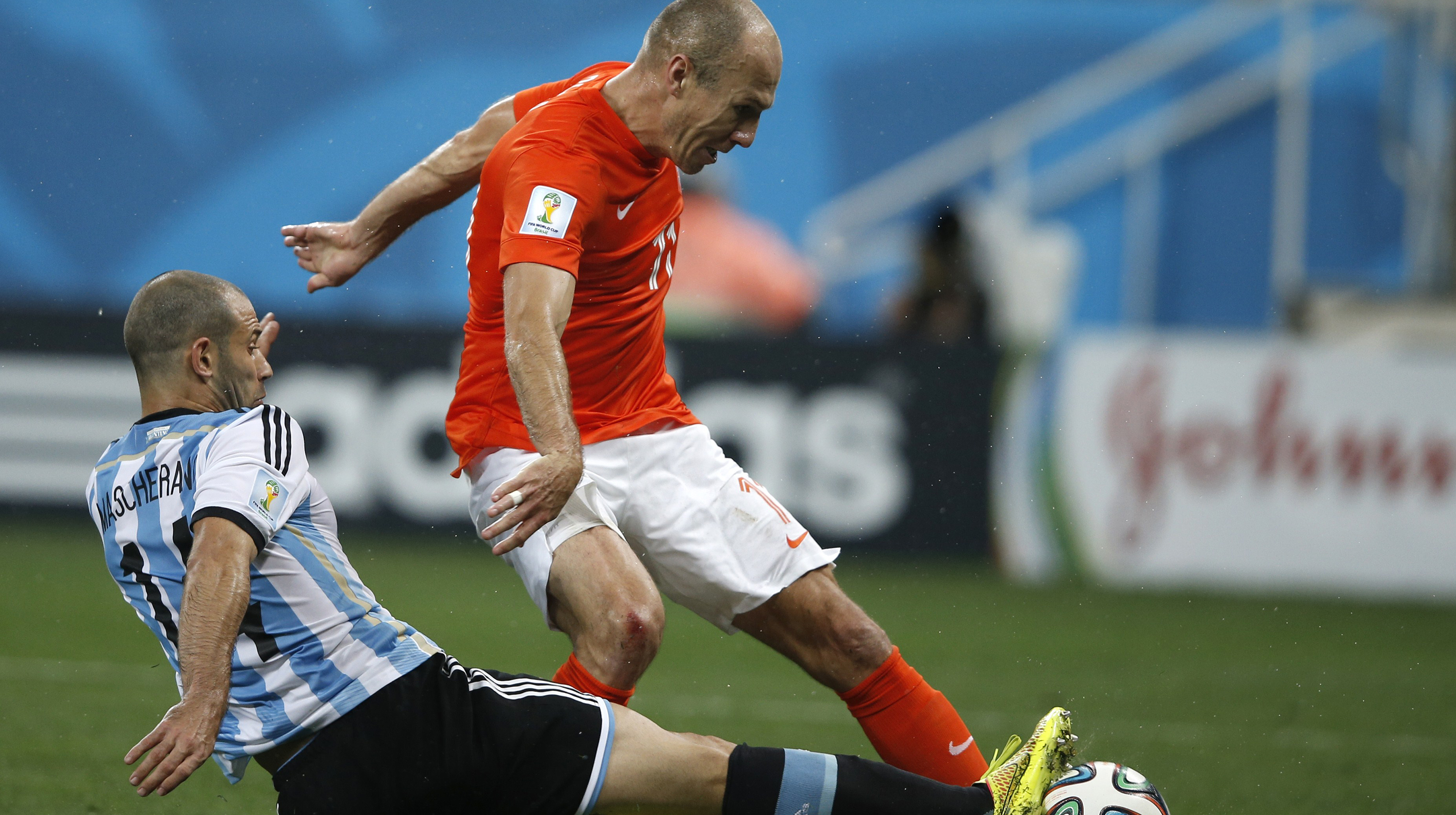 Argentina's midfielder Javier Mascherano (L) vies with Netherlands' forward Arjen Robben (R) during the semi-final football match between Netherlands and Argentina of the FIFA World Cup at The Corinthians Arena in Sao Paulo on July 9, 2014.