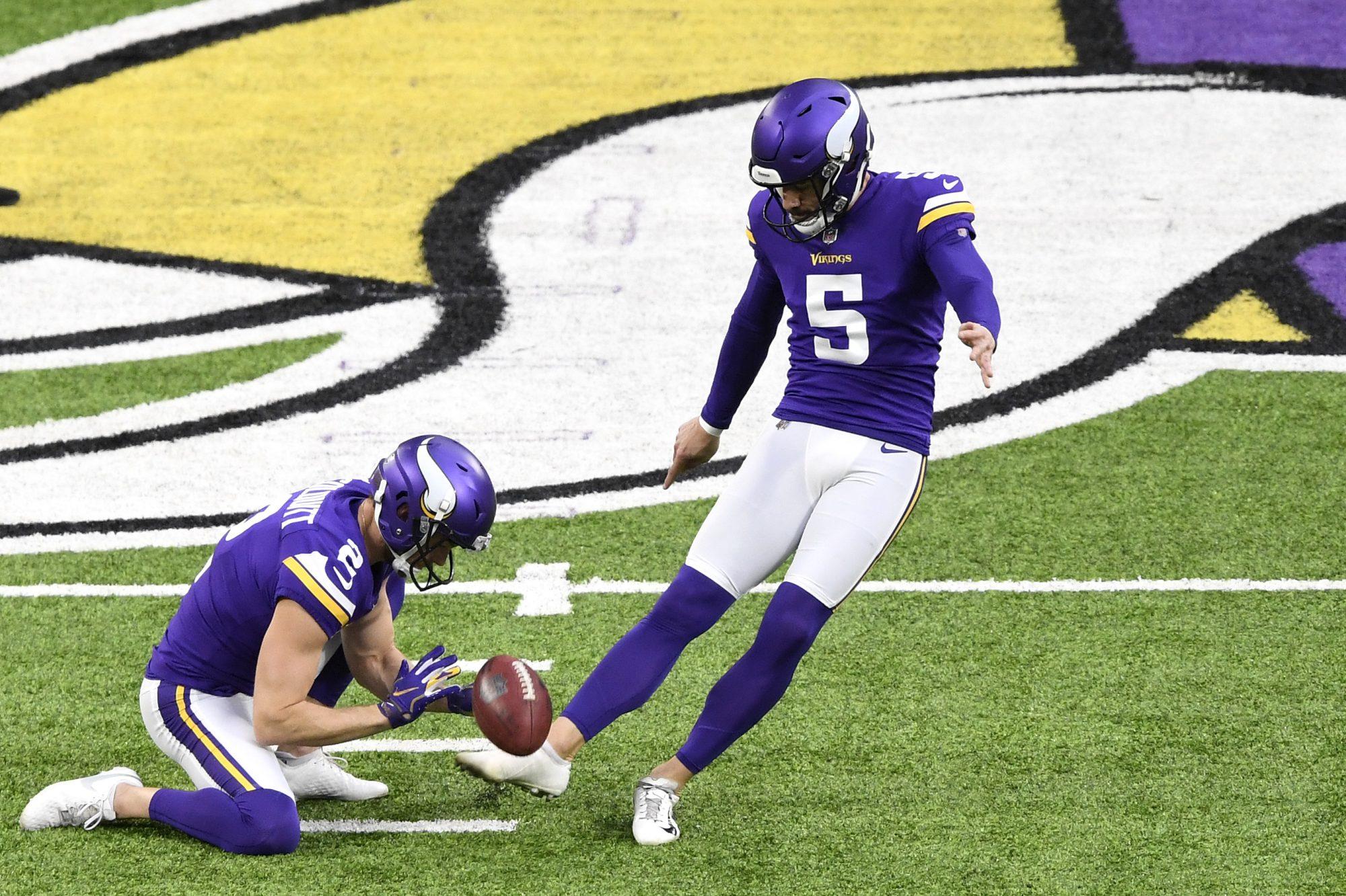 Dan Bailey attempts a field goal.