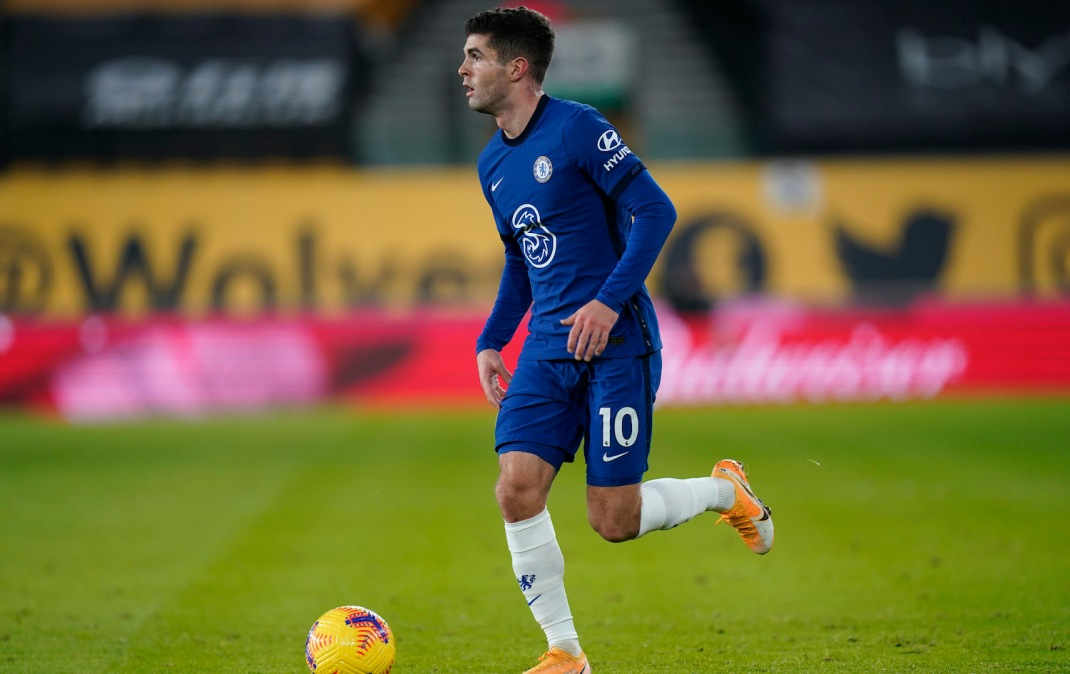 WOLVERHAMPTON, ENGLAND - DECEMBER 15: Christian Pulisic of Chelsea runs with the ball during the Premier League match between Wolverhampton Wanderers and Chelsea at Molineux on December 15, 2020 in Wolverhampton, England. The match will be played without fans, behind closed doors as a Covid-19 precaution. (Photo by Tim Keeton - Pool/Getty Images)