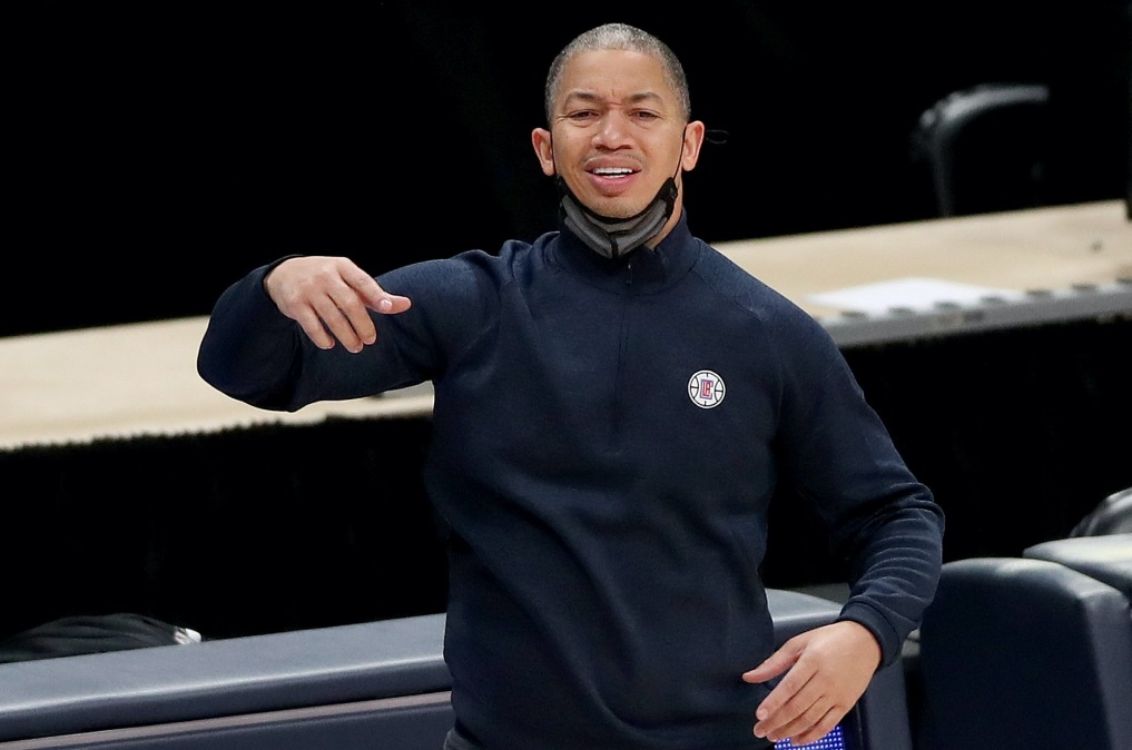 Clippers head coach Tyronn Lue looks confused and distressed.