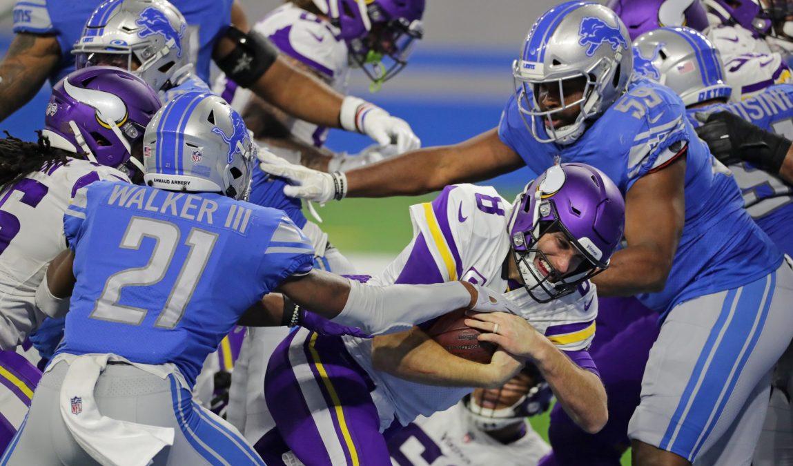 Kirk Cousins #8 of the Minnesota Vikings scores a fourth-quarter touchdown