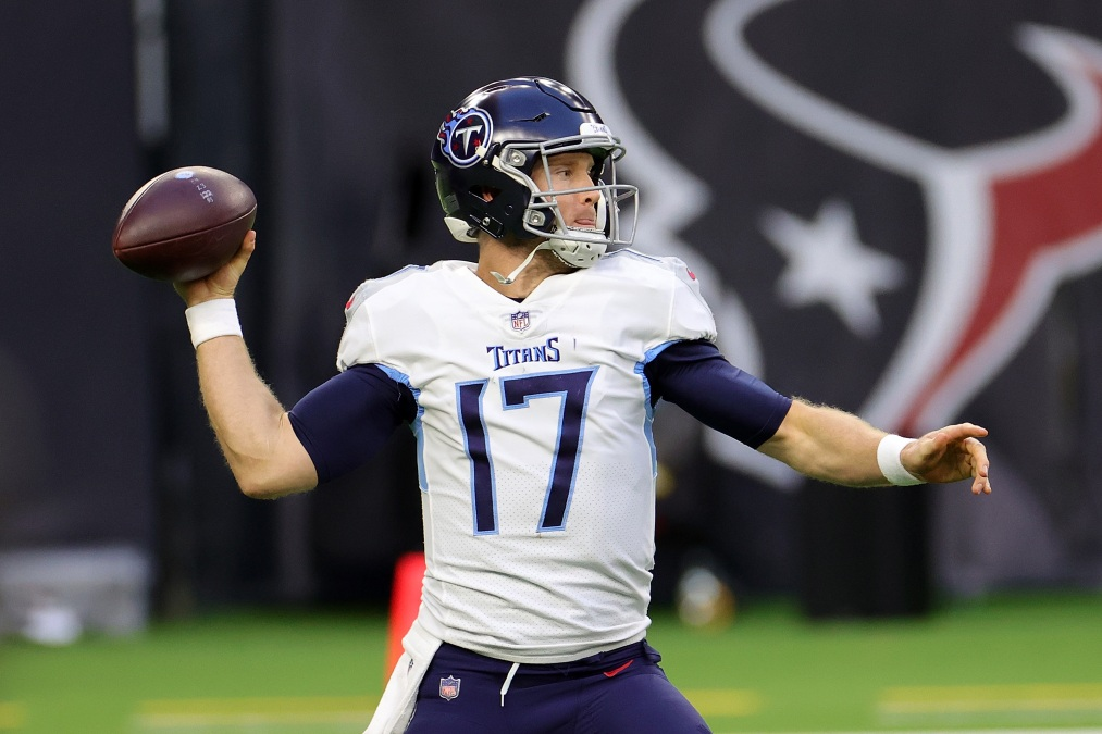 Ryan Tannehill #17 of the Tennessee Titans looks to pass