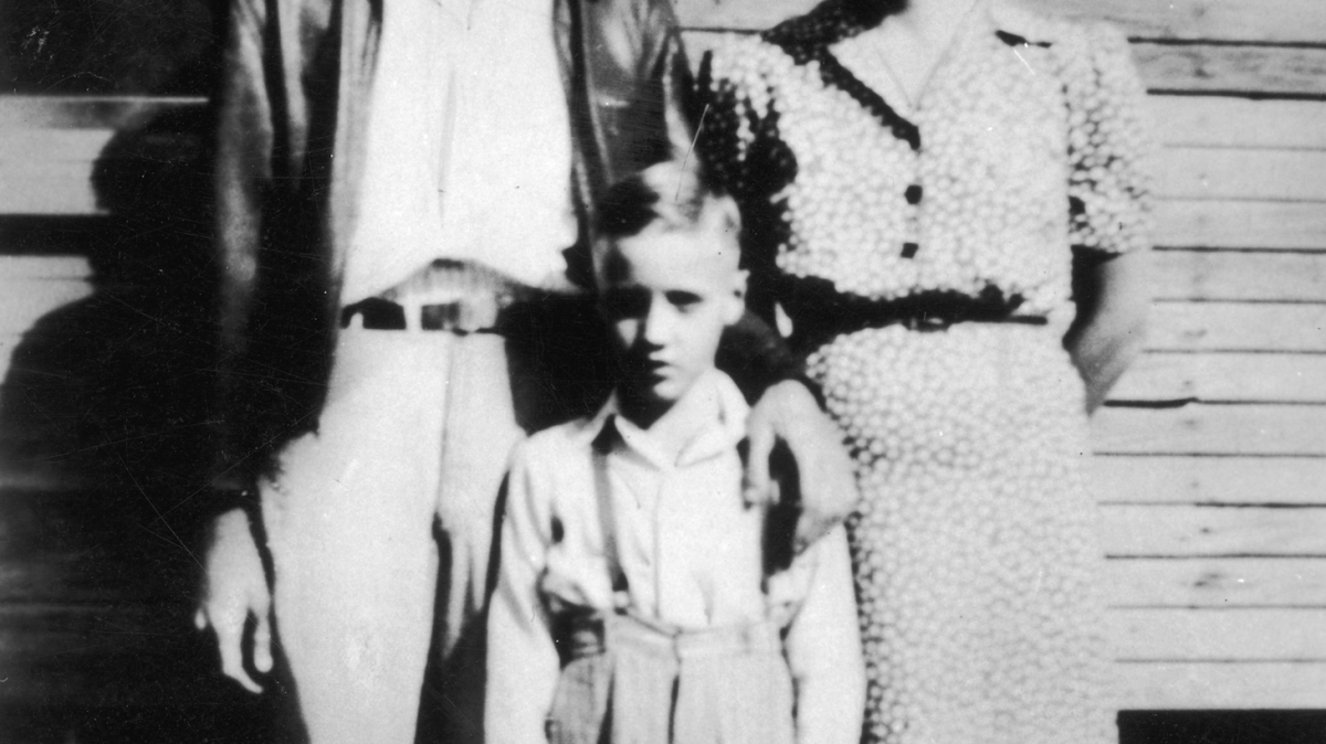 circa 1945: Elvis Presley (1935 - 1977) standing between his parents outside of their home in Tupelo, Mississippi. (Photo by Hulton Archive/Getty Images)