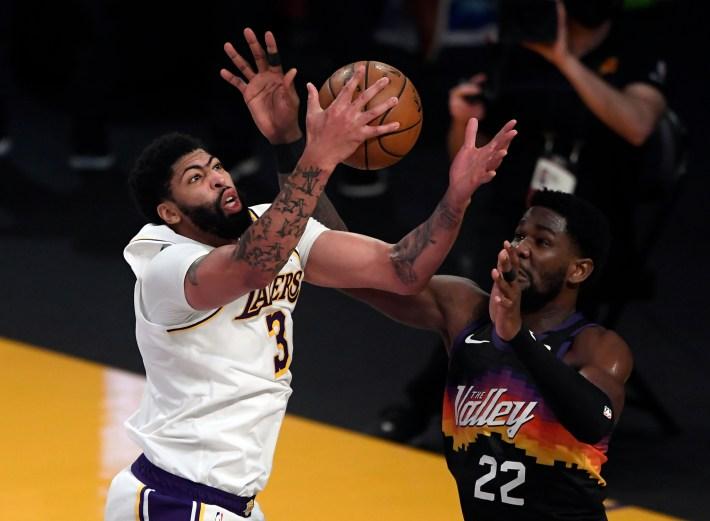 Anthony Davis battles Deandre Ayton around the basket