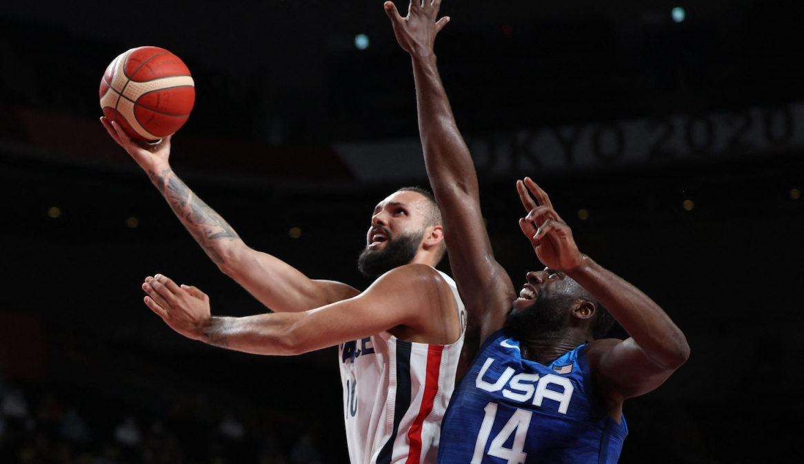 TOPSHOT - France's Evan Fournier (L) goes to the basket as USA's Draymond Jamal Green tries to block in the men's preliminary round group A basketball match between France and USA during the Tokyo 2020 Olympic Games at the Saitama Super Arena in Saitama on July 25, 2021. (Photo by Thomas COEX / AFP) (Photo by THOMAS COEX/AFP via Getty Images)