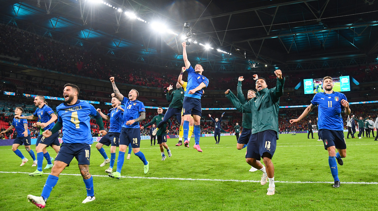 Players of Italy celebrate following their team's victory in the penalty shoot out after the UEFA Euro 2020 Championship Semi-final match between Italy and Spain at Wembley Stadium on July 06, 2021 in London, England.