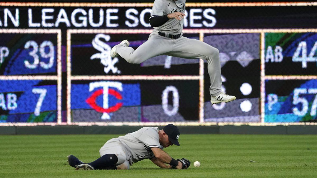 Joey Gallo leaps over Brett Gardner