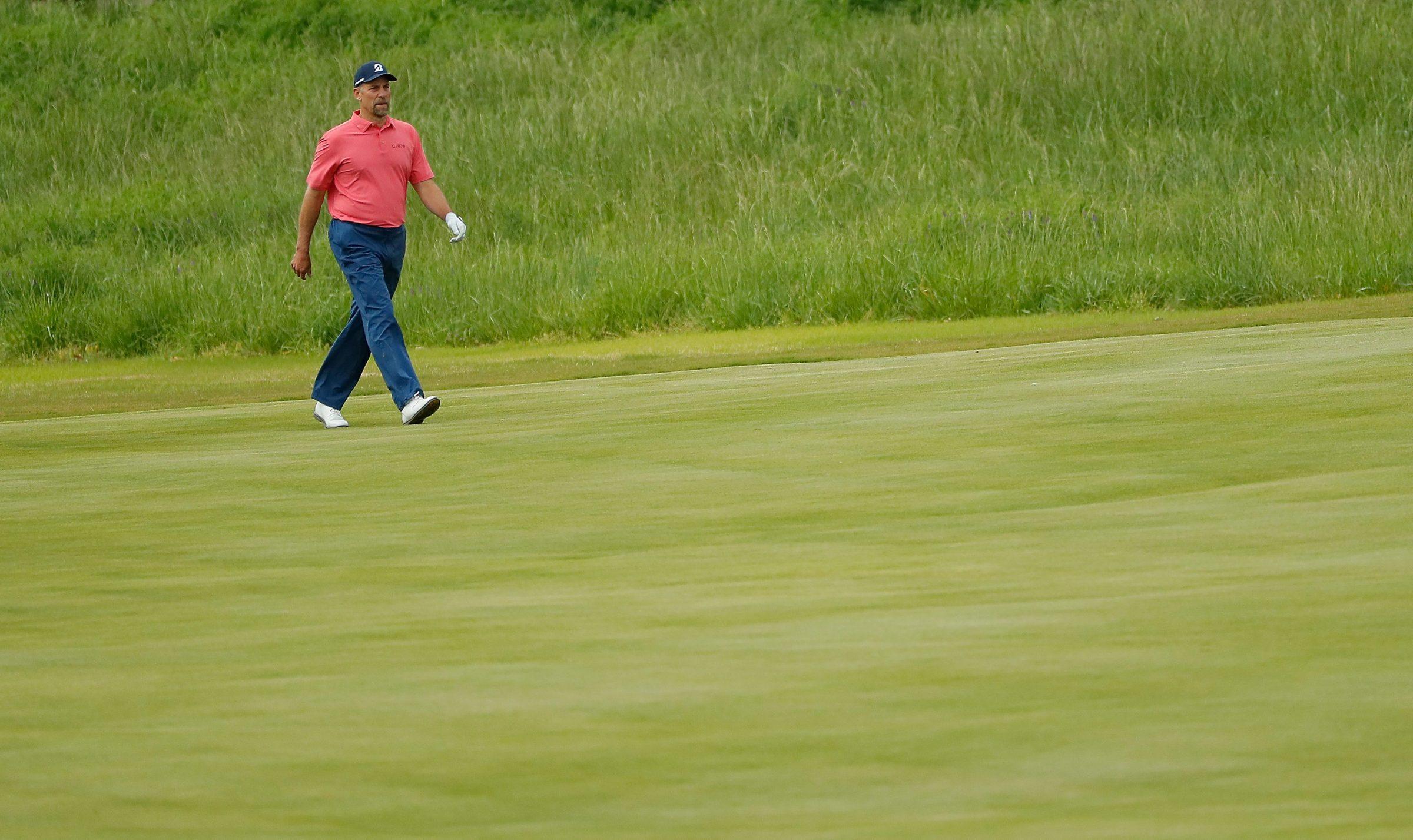 John Smoltz plays some golf.