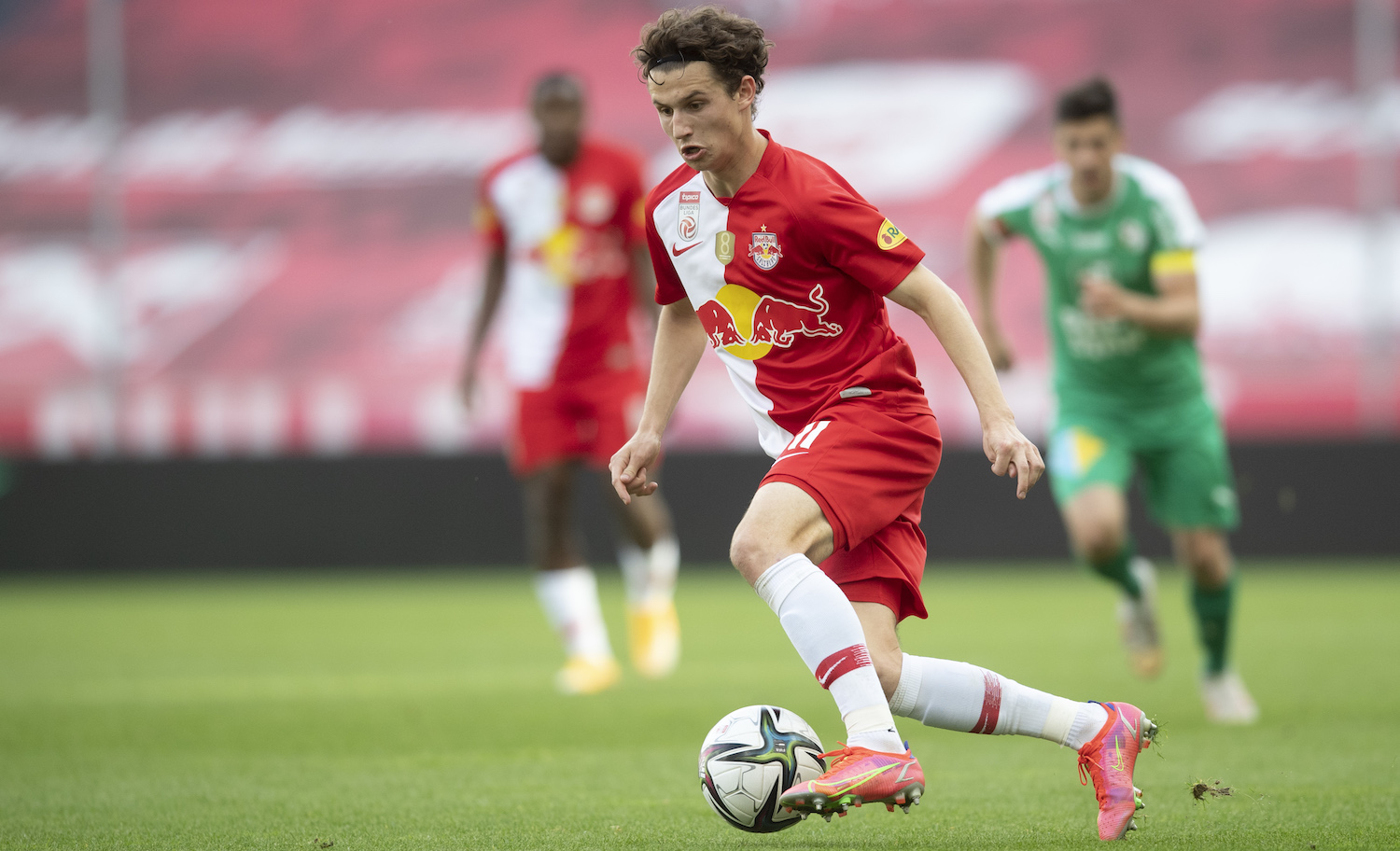SALZBURG, AUSTRIA - MAY 22: Brenden Aaronson of FC Red Bull Salzburg controls the ball during the tipico Bundesliga match between RB Salzburg and WSG Tirol at Red Bull Arena on May 22, 2021 in Salzburg, Austria. (Photo by Andreas Schaad/Getty Images)