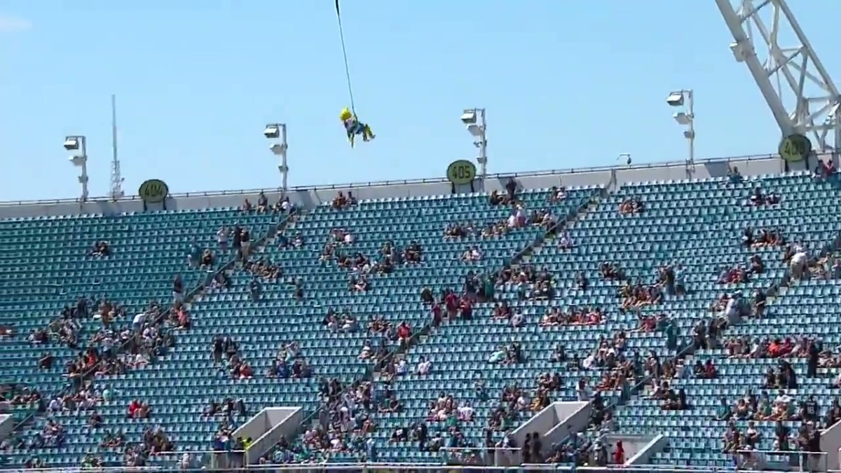 Jaxson de Ville bungee jumping. There are not many fans there.