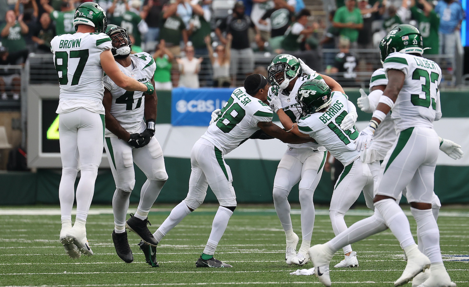 EAST RUTHERFORD, NEW JERSEY - OCTOBER 03: The New York Jets celebrate after defeating the Tennessee Titans 27-24 in overtime at MetLife Stadium on October 03, 2021 in East Rutherford, New Jersey. (Photo by Al Bello/Getty Images)