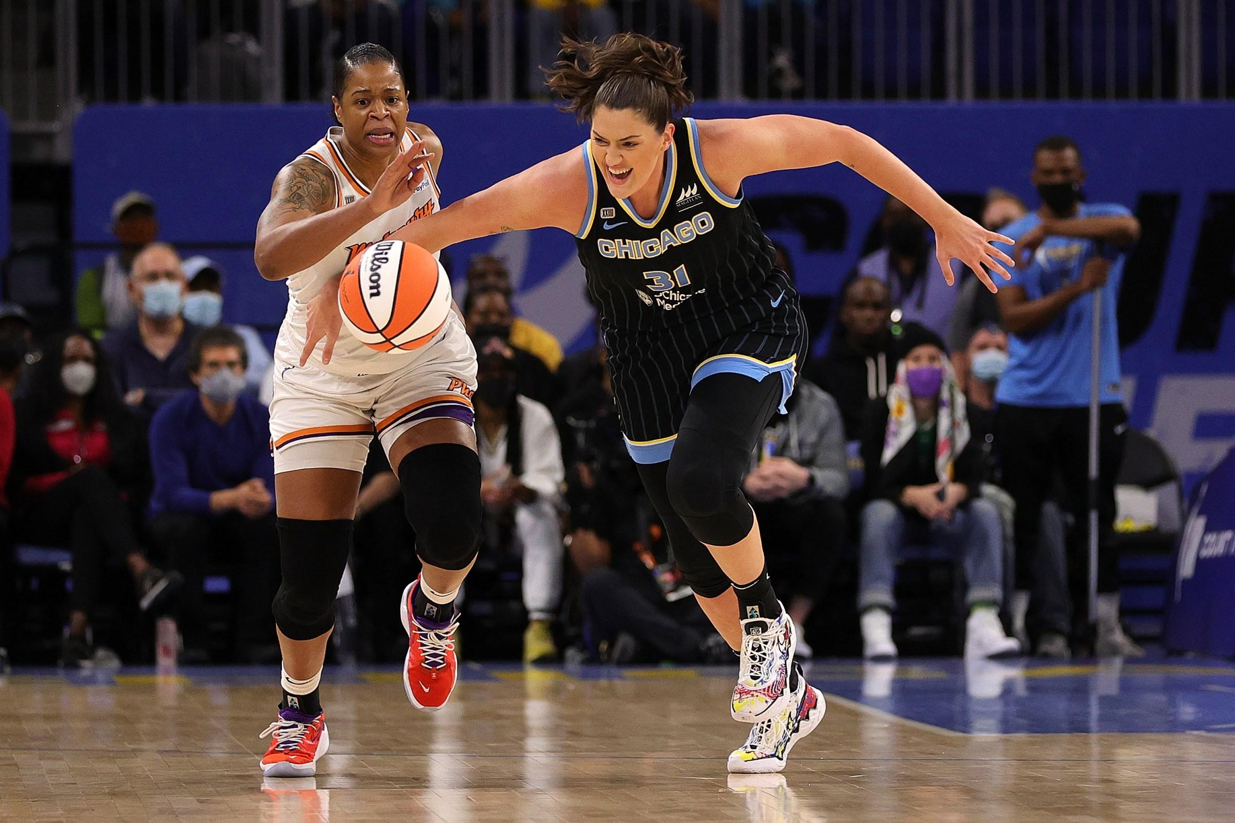Kia Vaughn and Stefanie Dolson chase a loose ball