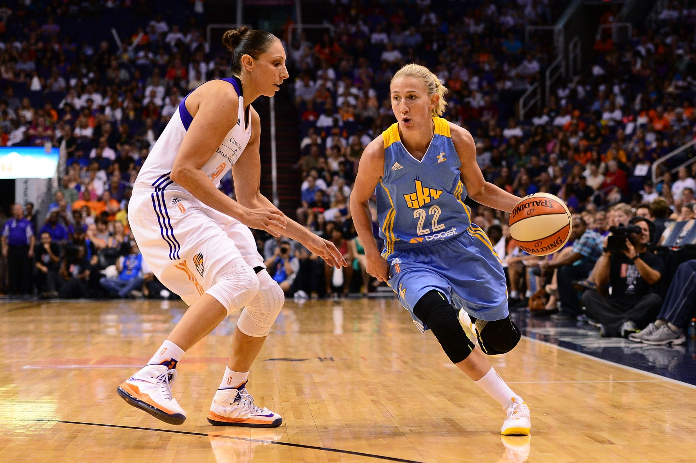 Courtney Vandersloot drives against Diana Taurasi in the first game of the 2014 WNBA Finals